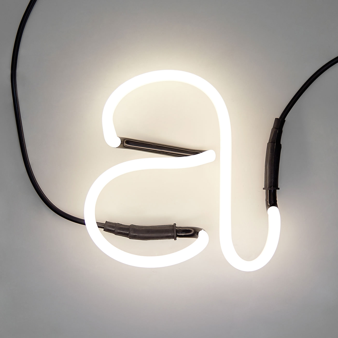 neon lettre a lampe jonathan adler pickture. Black Bedroom Furniture Sets. Home Design Ideas
